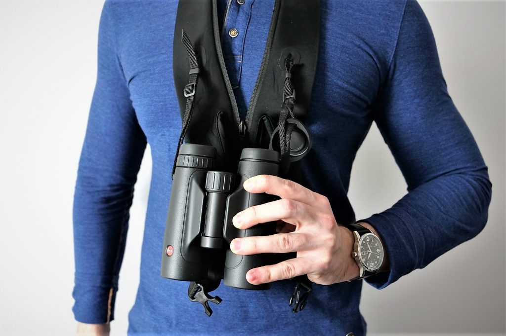 Carrying Leica Trinovid 10×42 HD